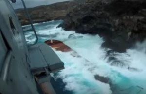 Άνδρος: Η στιγμή που τα κύματα »καταπίνουν» φορτηγό πλοίο – Νέο βίντεο από τη δραματική διάσωση [vid]