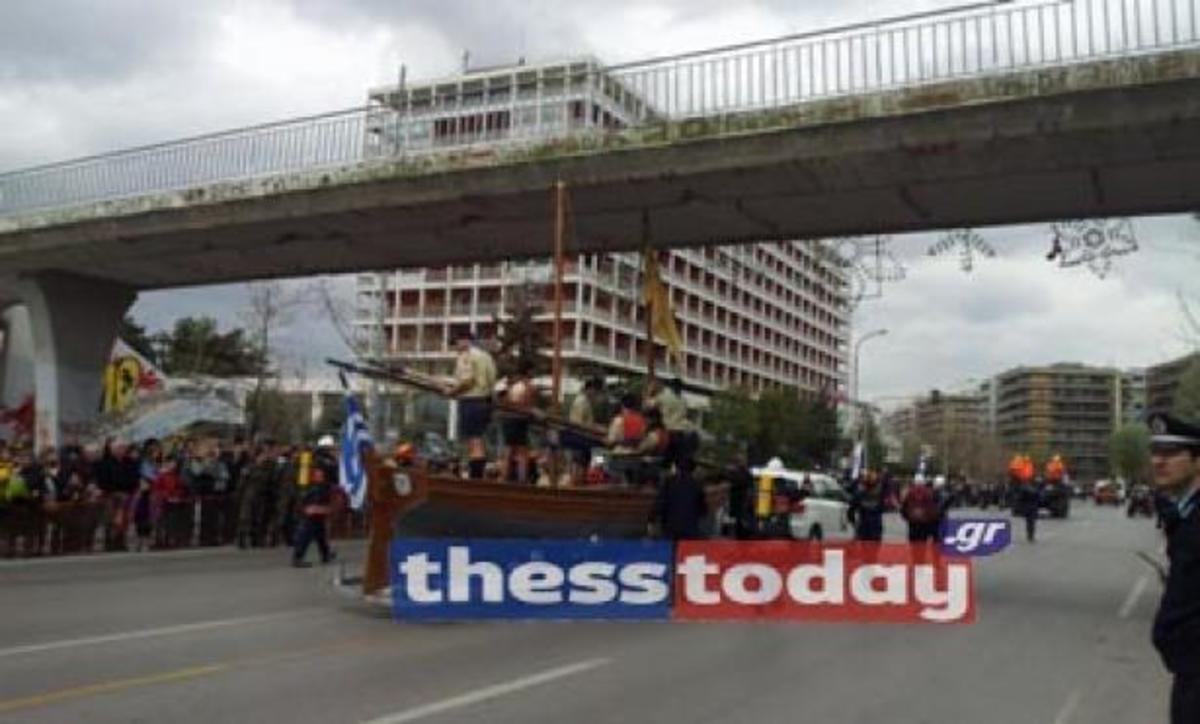 Θεσσαλονίκη: Η βάρκα των ναυτοπροσκόπων «βρήκε» στη γέφυρα! ΒΙΝΤΕΟ | Newsit.gr