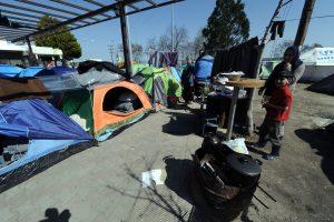 Πολύκαστρο: Επιχείρηση εκκένωσης του άτυπου προσφυγικού καταυλισμού σε βενζινάδικο