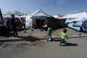 Πολύκαστρο: Αναχώρησαν τα πρώτα τέσσερα λεωφορεία με πρόσφυγες από το βενζινάδικο στην ΠΑΘΕ