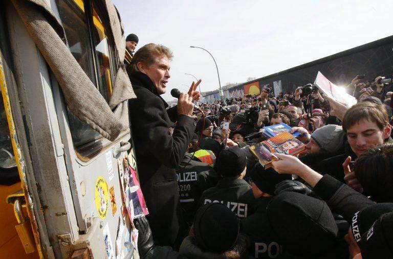 Διαδήλωση με… πρωταγωνιστή τον Ντέιβιντ Χάσελχοφ για το Τείχος του Βερολίνου | Newsit.gr