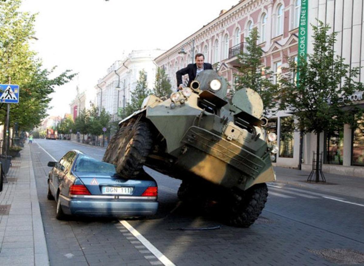 Δείτε το! Όποιος παρκάρει παράνομα βρίσκει το αμάξι… λιώμα! | Newsit.gr