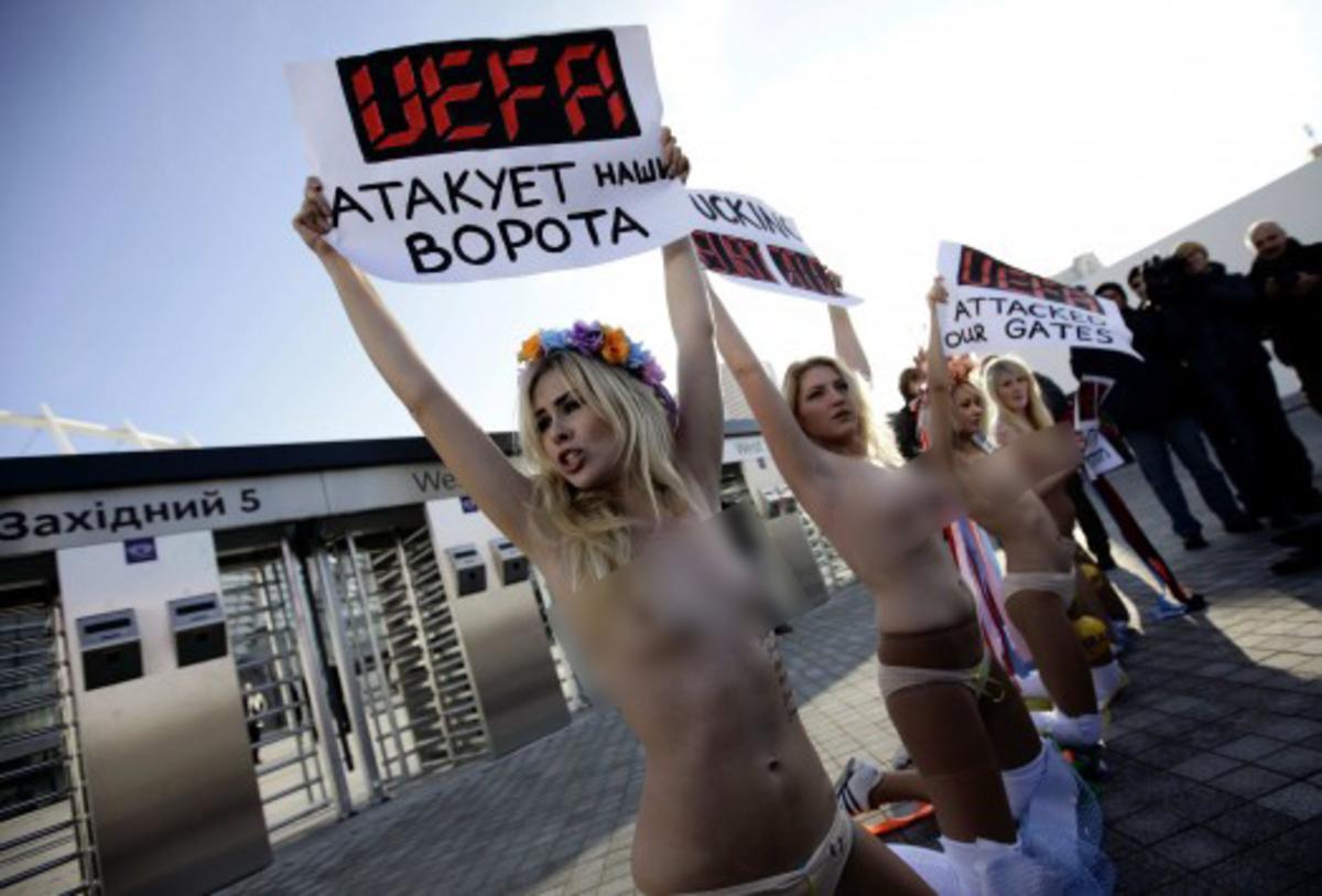 Γυμνόστηθη διαμαρτυρία στην κλήρωση του Euro – ΦΩΤΟ και βίντεο | Newsit.gr