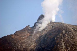 Εξερράγη το ηφαίστειο στο Σιναμπούνγκ – Σε ύψος 3 χλμ οι στάχτες