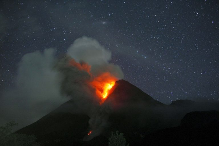 Νέα πιο ισχυρή έκρηξη του ηφαιστείου Μεράπι | Newsit.gr
