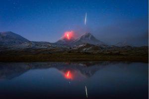 Volcano Magic: Η συγκλονιστική φωτογραφία που σαρώνει το ίντερνετ!