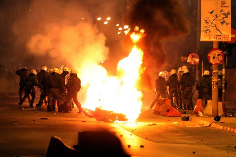Βόλος: »Πνίγηκε» στα χημικά – Καταστροφές στο δημαρχείο και στην εφορία!   Newsit.gr