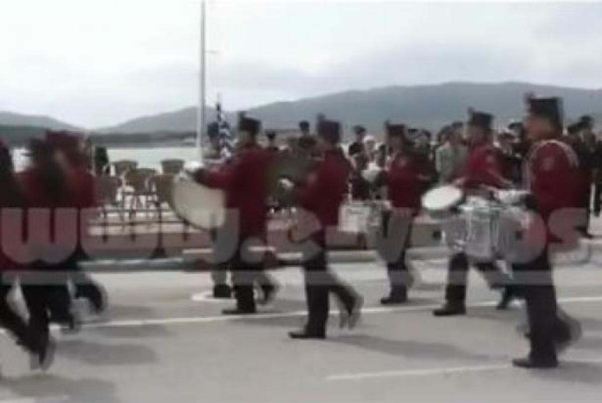 Με αποδοκιμασίες και προσαγωγές η παρέλαση στην παραλία του Βόλου – BINTEO | Newsit.gr