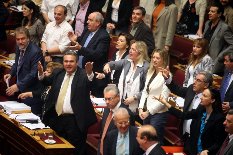 Ψήφιζαν όχι και σήκωναν μαντήλια και σημαίες   Newsit.gr