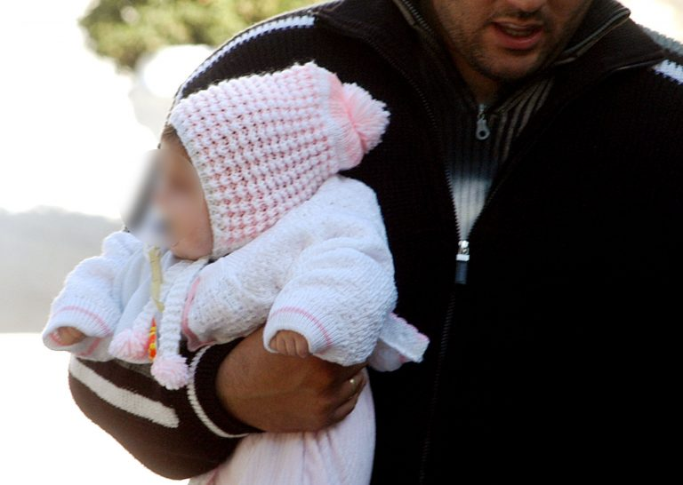 Έντυσαν το αγόρι κορίτσι για να το στείλουν στο εξωτερικό! | Newsit.gr