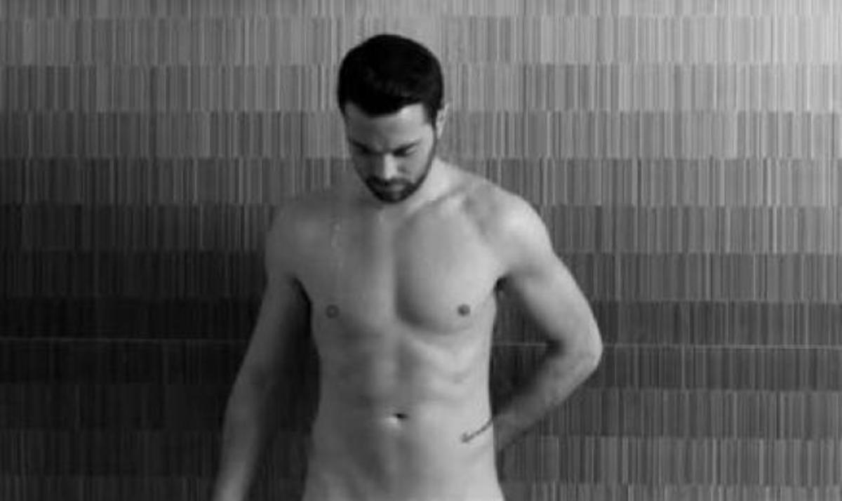 Ηλ. Βρεττός: Τραγουδά γυμνός και σου ζητά… να μείνεις για πάντα! | Newsit.gr