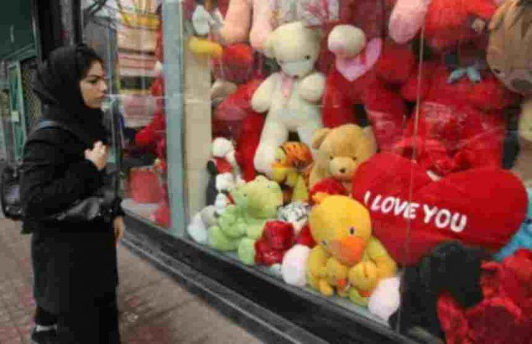 Καρδούλες, τριαντάφυλλα και αρκουδάκια κομμένα φέτος στο Ιράν!   Newsit.gr