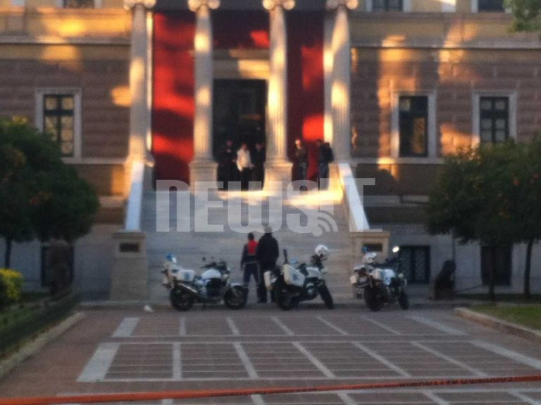 Συνελήφθη ο άνδρας που απειλούσε να ανατιναχτεί μπροστά στην Παλιά Βουλή! Φώτο | Newsit.gr