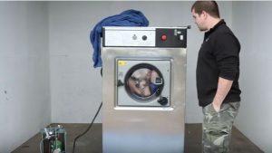 Μπαίνει στο πλυντήριο ρούχων με χειροπέδες. Όταν δείτε τι γίνεται μετά θα πάθετε πλάκα [vid]