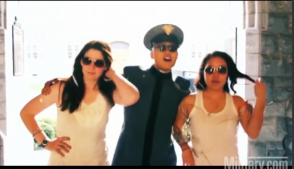 Κούκλες στη στρατιωτική ακαδημία των ΗΠΑ! Βίντεο κλιπ των σπουδαστών | Newsit.gr