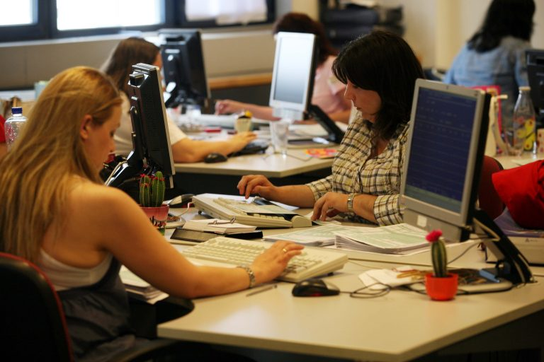 Αμεση εκκαθάριση των χειρόγραφων δηλώσεων ζητά το ΥΠΟΙΚ | Newsit.gr