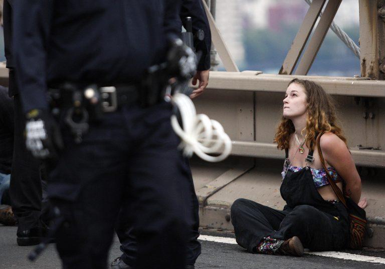 """ΗΠΑ: 500 συλλήψεις σε διαδήλωση """"Αγανακτισμένων""""! Video   Newsit.gr"""