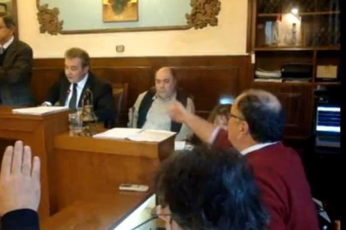 Λίγο έλειψε να πέσει ξύλο στο δημοτικό συμβούλιο Ξάνθης! ΒΙΝΤΕΟ | Newsit.gr