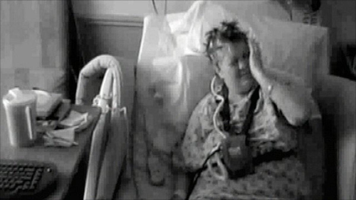 Η γυναίκα που αυτο-χαστουκίζεται γιατί δεν ελέγχει το αριστερό της χέρι – Δείτε το video | Newsit.gr