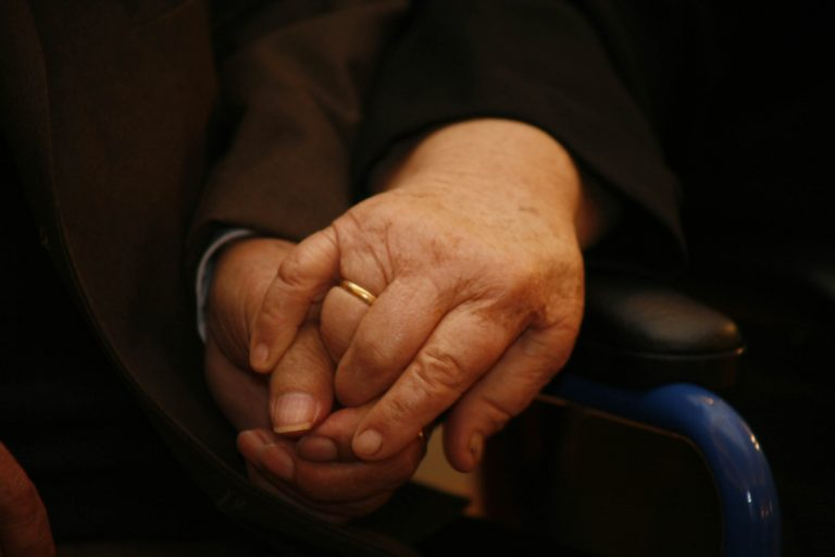 Συγκίνηση: Ηλικιωμένο ζευγάρι έφυγε από τη ζωή με διαφορά λίγων ωρών   Newsit.gr