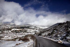 Καιρός: Χιόνι στην Πεντέλη, έκλεισε ο δρόμος