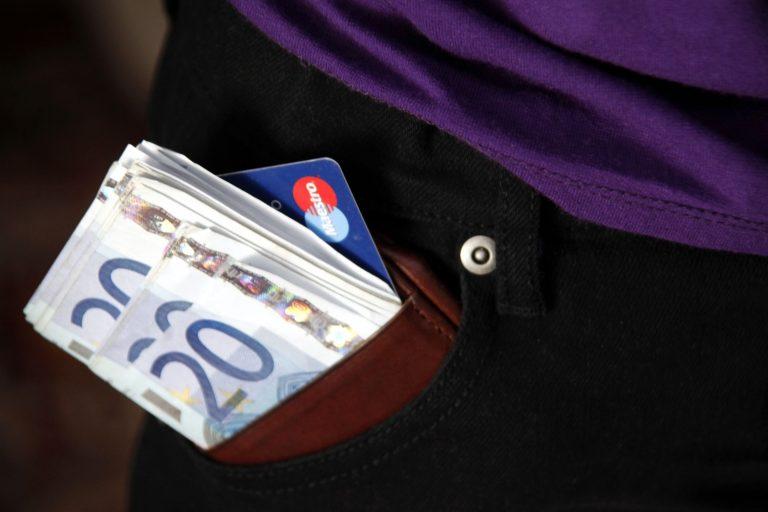 Οι αγορές από 500 ευρώ και πάνω μόνο με κάρτα ή επιταγή | Newsit.gr