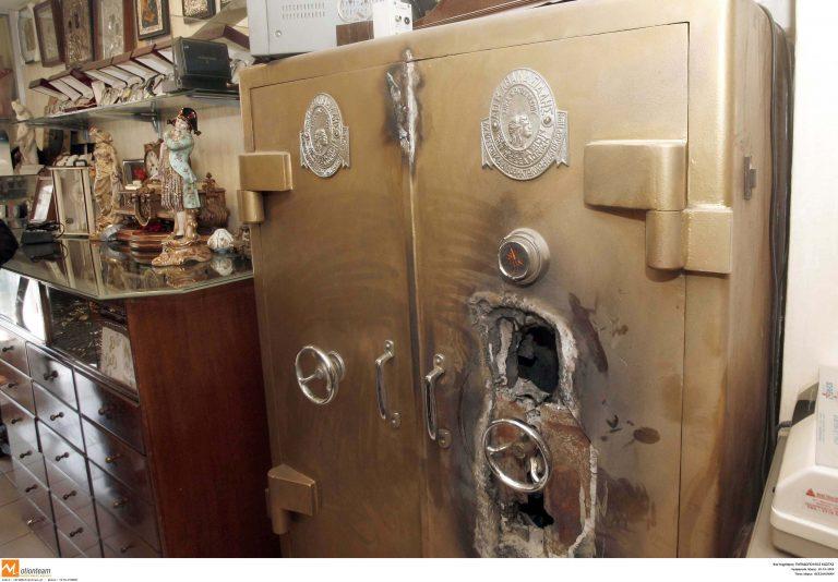 Δεν τους εμπόδισαν τα χρηματοκιβώτια | Newsit.gr