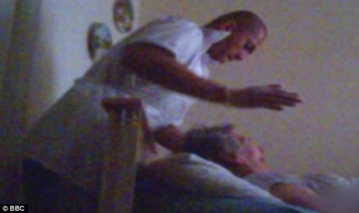 Συγκλονίζει η μαρτυρία της κόρης που έπιασε με κάμερα τους υπαλλήλους του γηροκομείου να κακοποιούν τη μητέρα της | Newsit.gr