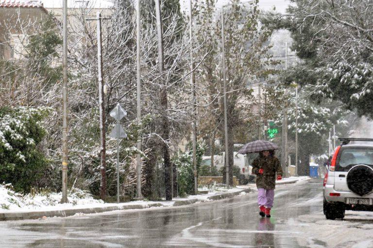 Άσπρη μέρα στην Αττική – Το έστρωσε τη νύχτα στα βόρεια προάστια – Νέος χιονιάς από το μεσημέρι – Δείχνει τα δόντια του ο καιρός | Newsit.gr