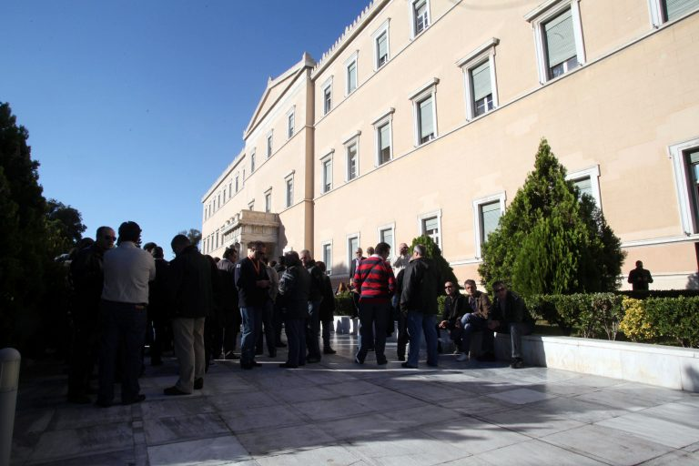 Δικαστική παρέμβαση για την προκλητική εξαίρεση των υπαλλήλων της Βουλής από τις περικοπές μισθών και συντάξεων – Αδικημένοι δηλώνουν οι ίδιοι!   Newsit.gr