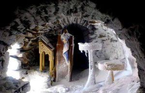 Κρήτη: Το παγωμένο εκκλησάκι στον Ψηλορείτη που κάνει το γύρο του διαδικτύου [pics]