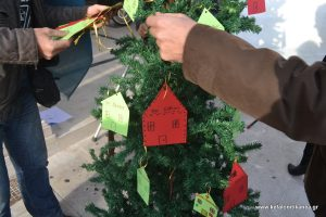 Κεφαλονιά: Αυτό είναι το ιδιαίτερο χριστουγεννιάτικο δέντρο που στόλισαν μπροστά από τράπεζα [pics]