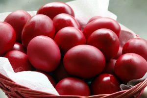 Μεγάλη Πέμπτη: Σήμερα βάφουμε τα αυγά κόκκινα!