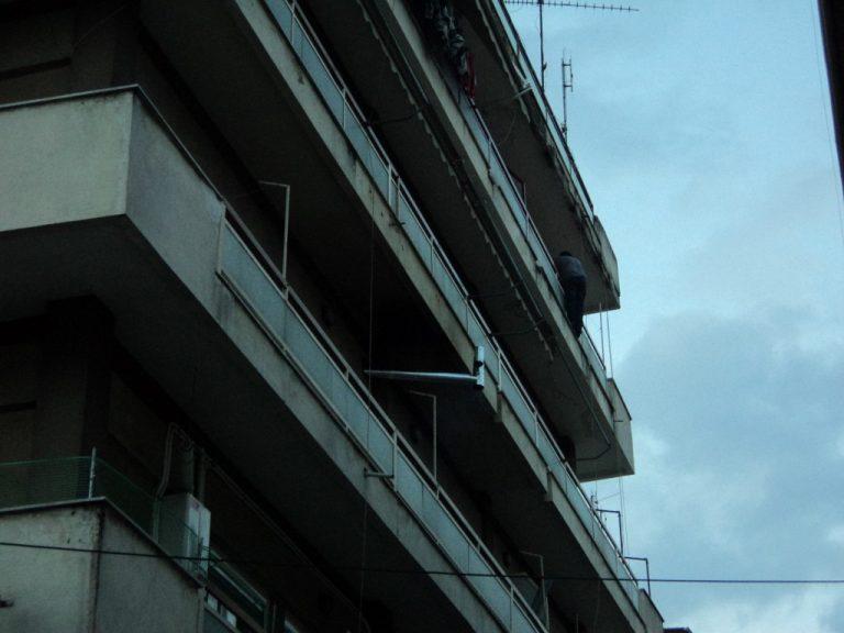 Τρίκαλα: Βγήκε στο μπαλκόνι του 4ου ορόφου και… απειλούσε να πέσει στο κενό! ΦΩΤΟ | Newsit.gr