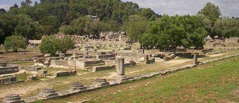 Ολυμπία: Ξέφραγο αμπέλι ο αρχαιολογικός χώρος – Τουρίστρια μπήκε για φωτογραφίες! | Newsit.gr