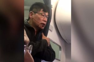 Σάλος και οργή για τη United Airlines: Ζητάει τα… ρέστα από επιβάτη που σύρθηκε για να κατέβει από το αεροπλάνο [vids, pics]