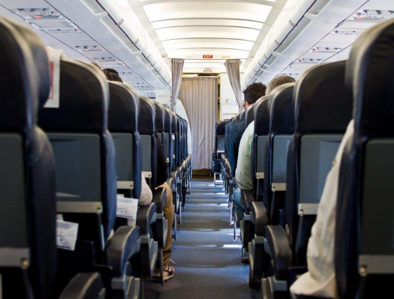 Μπέρδεψε την έξοδο κινδύνου του αεροσκάφους με την τουαλέτα | Newsit.gr