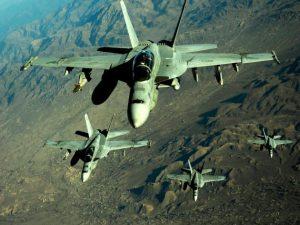 Μαχητικό αεροσκάφος F-18 «βομβαρδίζει» με μικροσκοπικά drones [vid]