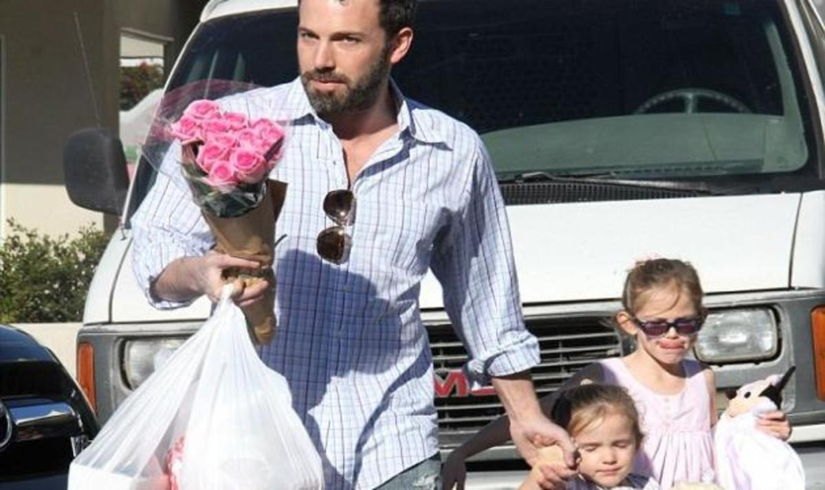 B. Affleck: Είναι ο τέλειος οικογενειάρχης! Η βόλτα με τις κόρες και τα λουλούδια στην σύζυγό του! | Newsit.gr