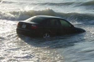 Γυναίκα οδηγός έριξε το αυτοκίνητό της στη θάλασσα ενώ προσπαθούσε να το βάλει στο καράβι!