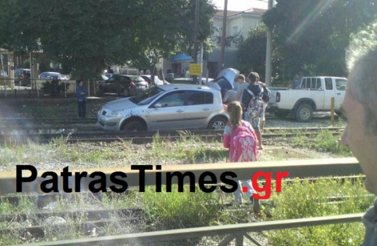Πάτρα: Πάρκαρε το αυτοκίνητο πάνω στις γραμμές του προαστιακού!   Newsit.gr
