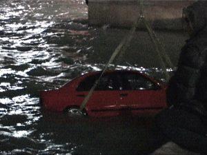 Αίγινα: Έπεσαν με το αυτοκίνητο στη θάλασσα από έναν λάθος χειρισμό