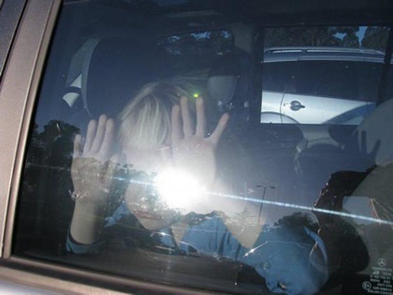 Αχαϊα:Κλείδωνε το παιδί στο αυτοκίνητο για να βλέπει τον εραστή της! | Newsit.gr