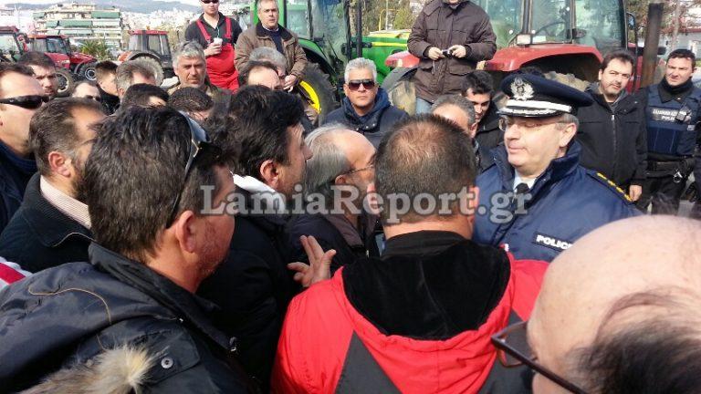 Ένταση μεταξύ αστυνομίας και αγροτών στη Λαμία   Newsit.gr