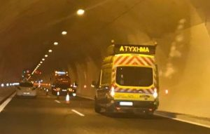 """Το τροχαίο στο τούνελ της Κλόκοβας που """"μπλόκαρε"""" την κυκλοφορία [vid]"""