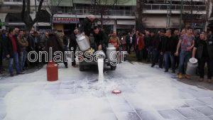 Αγρότες: Έχυσαν γάλα σε πλατεία της Λάρισας – Έφραξαν την είσοδο της Περιφέρειας [pics, vid]