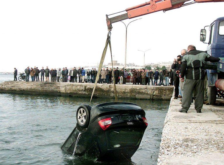 Αίγιο: Έπεσαν στη θάλασσα με το αυτοκίνητο! | Newsit.gr