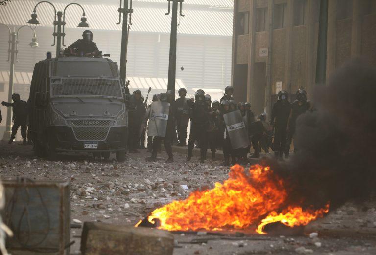 Διαδηλωτές πυρπόλησαν τα γραφεία του κυβερνώντος κόμματος – 133 τραυματίες | Newsit.gr
