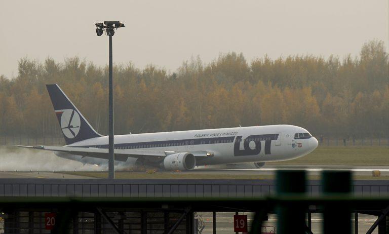 Δείτε την αναγκαστική προσγείωση αεροπλάνου στην Βαρσοβία  – Κινδύνευσαν 230 επιβάτες | Newsit.gr
