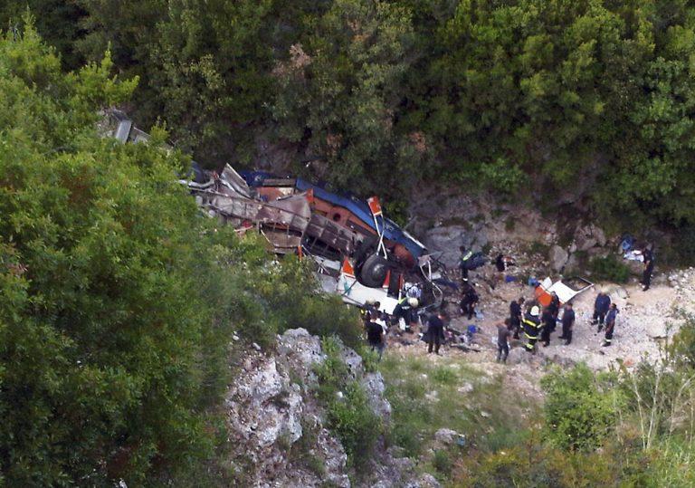 Λεωφορείο έπεσε στο γκρεμό – 12 φοιτήτριες είναι νεκρές   Newsit.gr